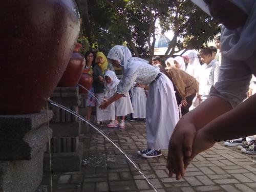 Praktek cuci tangan di luar kelas dengan menggunakan tempayan sumbangan teman-teman FK Unizar